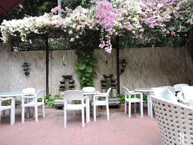 Cool Outdoor Settings of Ari Putri Hotel Garden