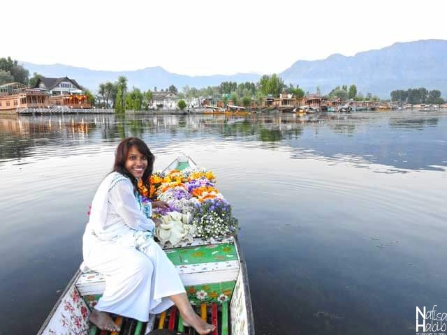 Srinagar Dal Lake photos - Boat of flowers ready to sell flower seeds