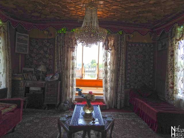 Houseboat in Srinagar images - Beautiful Interior of the budget-friendly Shamus Maqbool Houseboat