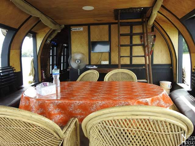 The dining and sitting area at Soma Houseboat Alleppey