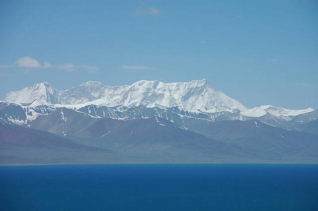 The main peak of the Nyainqêntanglha Mountains, seen from Lake Namtso
