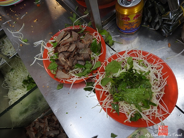 Slices of grilled beef and papaya salad